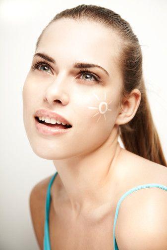 Yaşınız:  20 – 25 yaşındaki makyajınız size uygun olmayabilir. Tonları ve yapıyı değiştirin. Aynı zamanda saç renginiz de farklı makyaj gölgeleri ve yapıları gerektirebilir. Doğru makyaj yılların etkisini kolaylıkla silebilir.